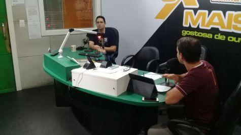 Pastor Halliwel Fontana concedeu entrevista na rádio da cidade para pedir doações de materiais de construção