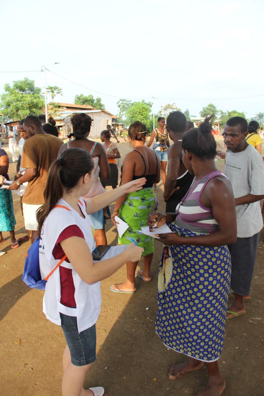 Voluntária indica serviço de atendimento para moradora local (Foto: Elkeane Aragão)