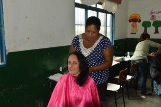 Voluntários também ofereceram cortes de cabelo a população.