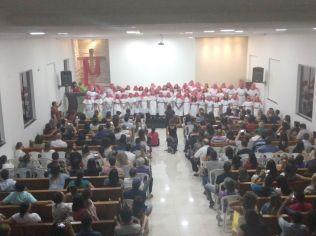 Estudantes do Colégio Adventista Jardimm Europa, em Goiânia, realizam cantata de Páscoa.
