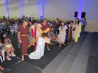 Alunos do Colégio Adventista Novo Mundo participam de encenação sobre o Calvário.