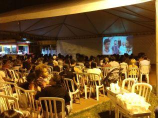 """Em muitos lugares, o filme """"Libertos"""", tema da Semana Santa, foi exibido em praças públicas, como a do setor Vila Nova, em Goiânia."""