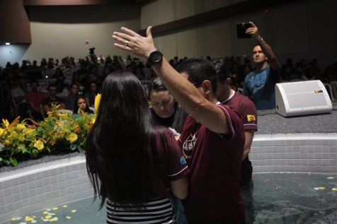 Centenas de jovens assistiram ao batismo. [Foto: Paulo Ribeiro].