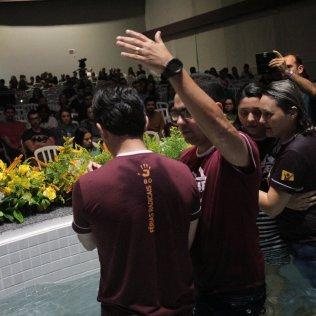 Sob forte emoção, família se abraça após batismo em Araqurari (SC). [Foto: Paulo Ribeiro].