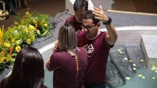 Família se batizou em treinamento para jovens em Araquari (SC).[Foto: Paulo Ribeiro].
