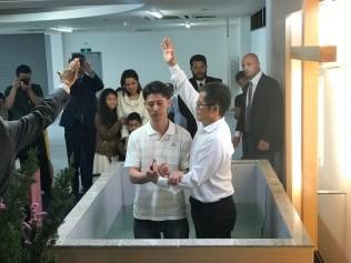 Um homem é batizado no Centro Cristão Tokai em 20 de maio de 2018 (Foto: Andrew McChesney / Adventist Mission)