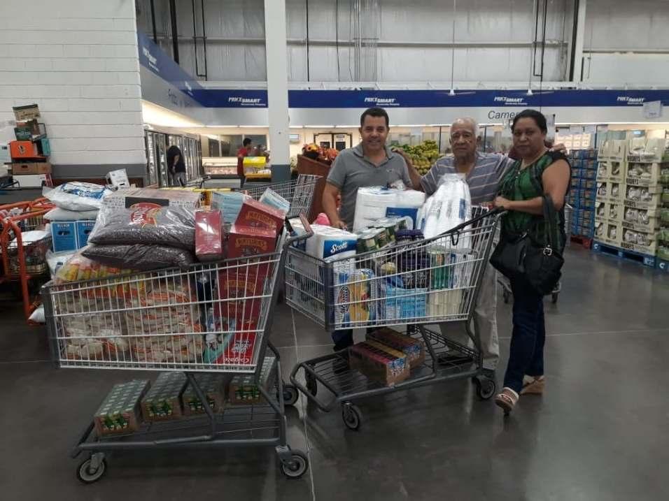 Membros compram mantimentos para enviar às famílias afetadas