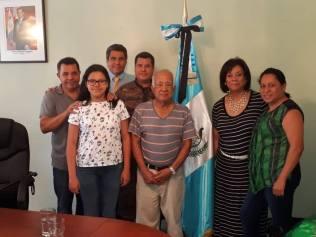 Adventistas na embaixada da Guatemala, em Tegucigalpa, onde foram entregar doações