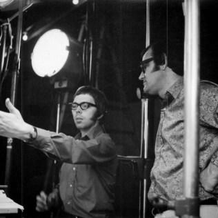 Adams (esquerda) dirige uma cena ao lado do produtor Roy Naden (Foto: Arquivo pessoal)
