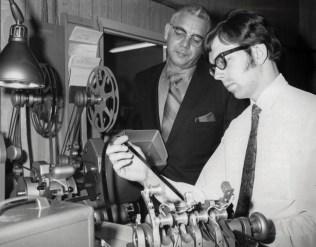 Herb Hohensee supervisiona Adams durante a edição de um dos episódios de Hospital Adventista em Nova Iorque (Foto: Arquivo pessoal)