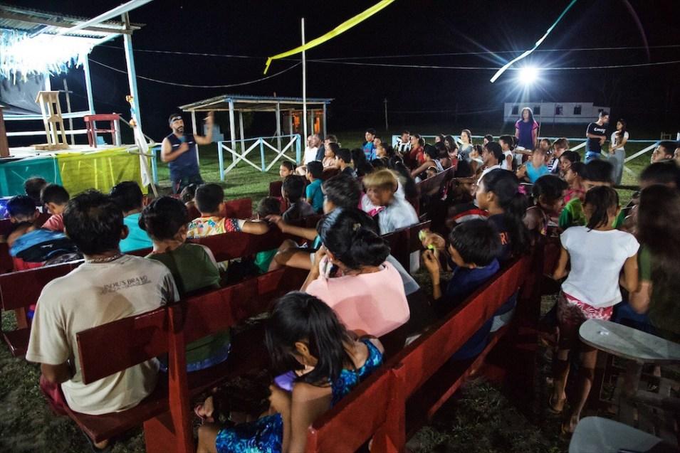 À noite eles promoviam programas com música, sorteios e uma reflexão bíblica. Após o programa, eles jantavam, faziam um culto e avaliavam as atividades do dia.