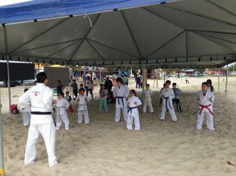 Instituição de Karatê se uniu aos jovens do Um Ano Em Missão na orla da praia. [Foto: Felipe Silva].