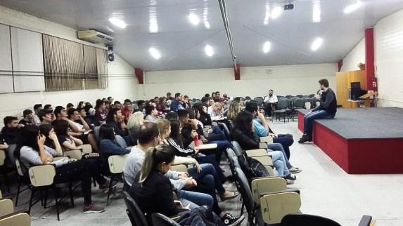Alunos assistiram palestras e um filme da Campanha Quebrando o Silêncio em um auditório da escola. [Foto: Reprodução].