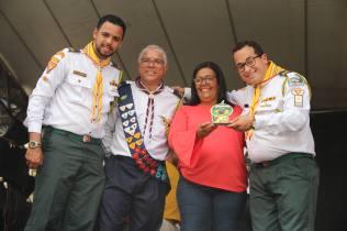 Prefeita Sueli recebeu troféu de representantes da liderança dos Aventureiros e Desbravadores