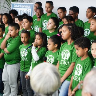 Crianças do Projeto Gol de Esperança durante musical