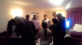 Moradores oram durante programa de estudo da Bíblia (Foto: Arquivo pessoal)