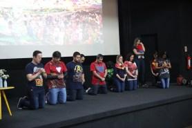 Professores oram para que estuantes tenham bom desempenho no Exame. [Foto: Paulo Ribeiro].