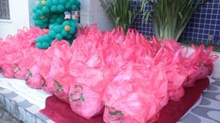 Mais de 1 tonelada de alimentos foi entregue a 100 famílias