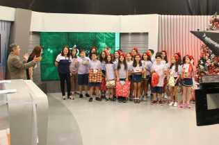 Estudantes auxiliarem crianças carentes do projeto Árvore do Bem, da NSC TV