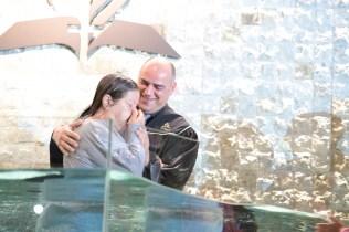Pastor Edgard Luz batiza Marilda Isabel, que entregou sua vida a Deus por meio dos ensinamentos contidos nos materiais didáticos produzidos pela CPB. Foto: William Moraes e Daniel de Oliveira.
