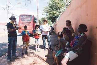 Antes da entrega dos livros, pastor Alacy Barbosa explicou o movimento que chamou a atenção dos moradores (Foto: Ellen Lopes)