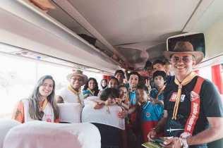 Pastores Alacy Barbosa e Willie Oliver pegaram carona no ônibus de desbravadores chilenos para sair do Parque do Peão e chegar até Barretos (Foto: Ellen Lopes)