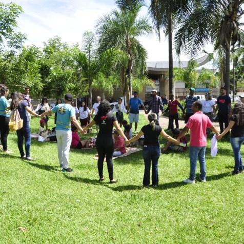 Oração e meditação comoveu moradores em situação de rua em Uberlândia (Foto: Harley França)