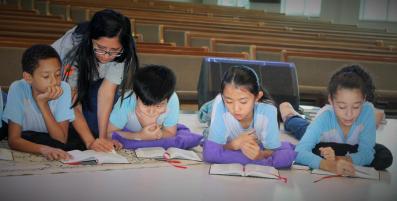 Auditório da escola virou sala de leitura, com direito a almofadas e fundo musical (Foto: Divulgação)