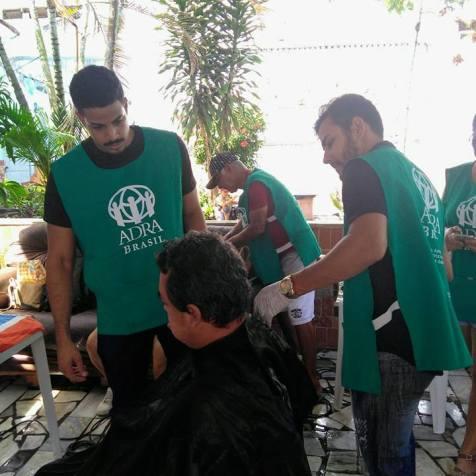 Idosos do abrigo Fundação Baldoíno de Azevedo foram beneficiados com corte de cabelo feitos por professor e alunos de projeto da ADRA