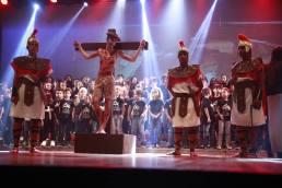 Estudantes encenam a morte de Cristo.[Foto: Judson Pereira].