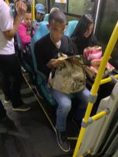 Pessoas foram surpreendidas com o livro no banco do ônibus