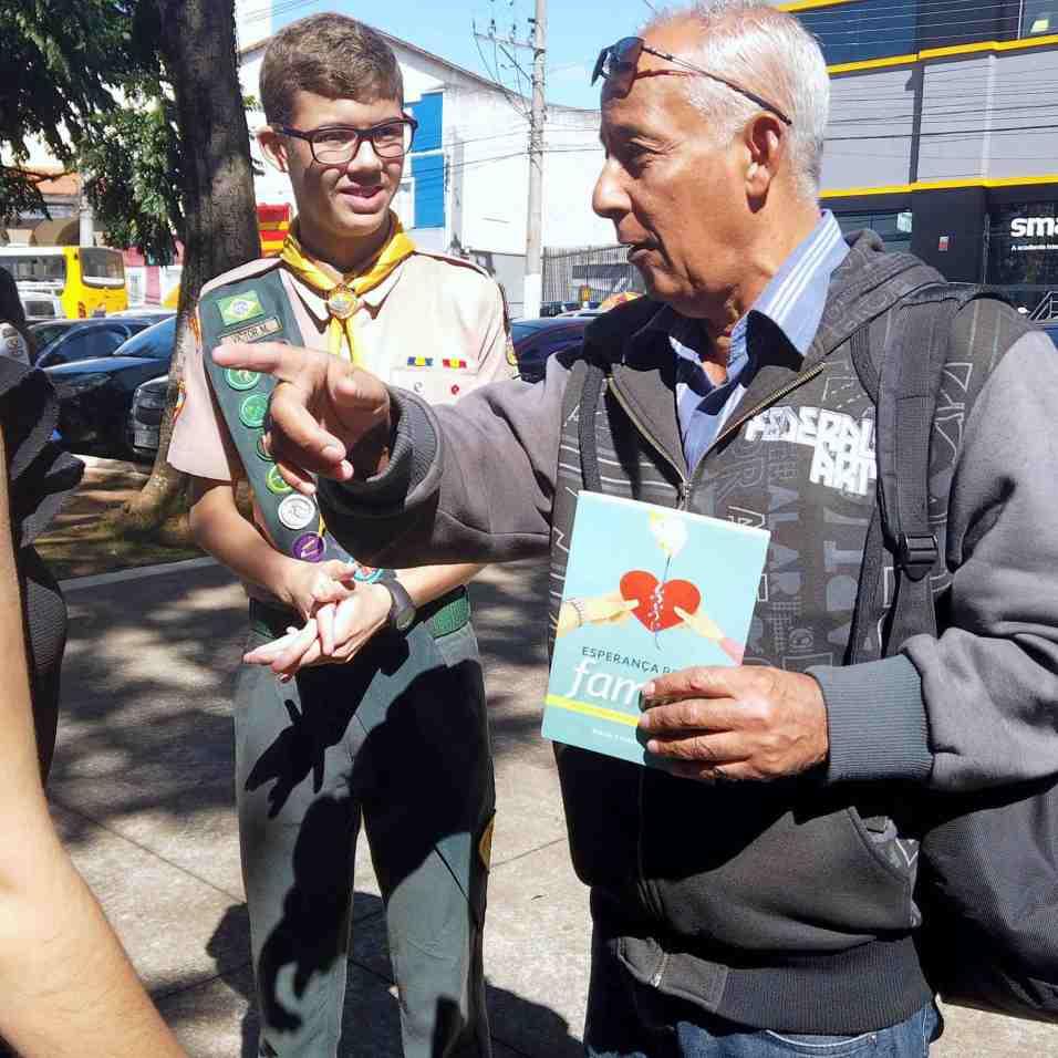 Adventistas distribuem livros em praças públicas(Foto: Vanessa Moraes)