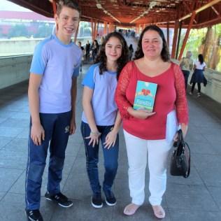 Alunos do Colégio Adventista de Vila Matilde entregam livros em estação de metrô