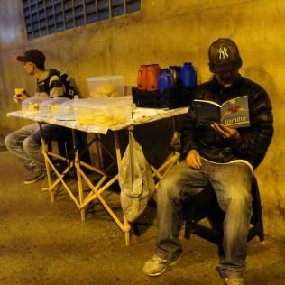 Anderson aproveitou o tempo livre para ler a publicação que recebeu de voluntários