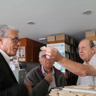 Doutor Marcos Natal, doutor Ruy Vieira e Rubens Crivellaro analisam pedras do acervo da SCB. (Foto: Mauren Fernandes)