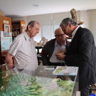 Rubens, doutor Ruy e doutor Marcos analisamo pedras do acervo da SCB. (Foto: Mauren Fernandes)
