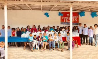Crianças e adultos estão estudando a Bíblia com os adventistas de Camboriú
