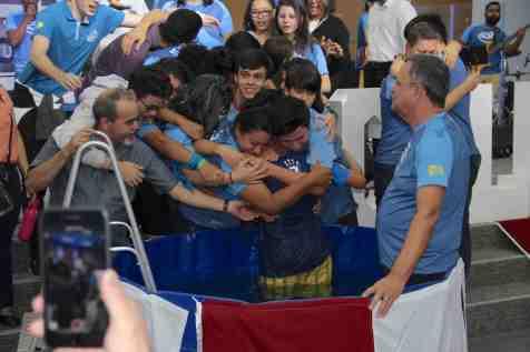 Calebes demonstram carinho em abraço coletivo após batismo de Éder (Foto: Maxwell Santana)