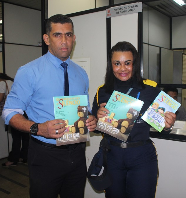 Os profissionais da segurança também receberam as revistas em formato adulto e infantil. (Foto: Renata Paes)