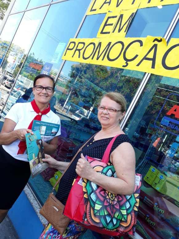 Pessoas que passavam pelas ruas receberam as revistas informativas(Foto: Divulgação)