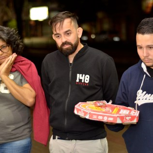 Jovens saíram pelas ruas para comer pizza junto com moradores de rua.