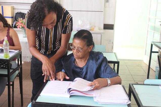 Profa. Gilvânia passa de mesa em mesa tirando as dúvidas. (Foto: Renata Paes)