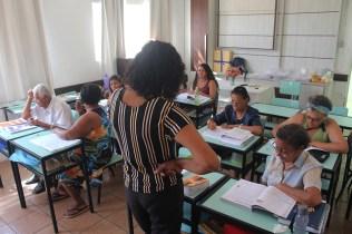 Professora utiliza os livros didáticas para ministrar as aulas. (Foto: Renata Paes)