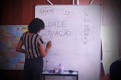 A educadora realiza exercícios para facilitar o aprendizado da língua portuguesa. (Foto: Renata Paes)