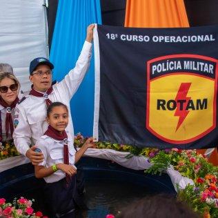 Desejo do primeiFotos:Jessie Aias – Cristiane Aiasro tenente da Rotam, Fábio Rocha, era que sua filha (Sarah Rocha) se batizasse para dedicar a vida em prol do evangelismo. 7 pessoas se batizaram no acampamento.