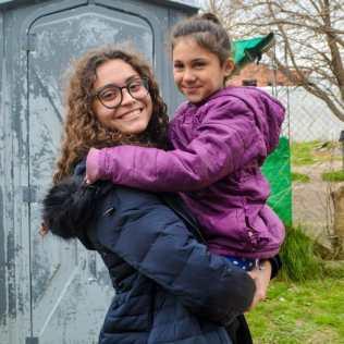 Sofia Soares Ribeiro com uma menina argentina no colo.