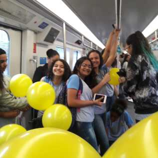 Alunas no metrô.