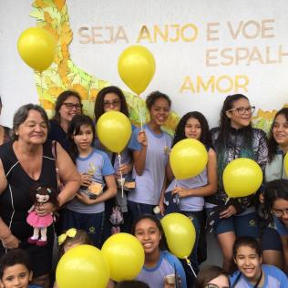 Roberta (óculos) e Ermelinda (preto) junto com os estudantes durante a visita.
