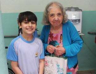 Os estudantes do CABH presentearam as idosas. (Foto: Renata Paes)