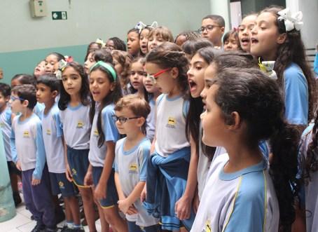 Crianças cantaram corinhos. (Foto: Renata Paes)